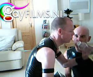 Ces homosexuels âgés aiment kinky sex gay. vêtus de serré et sexy en caoutchouc, reniflant le poppers profiter sucking dicks, bondage d'une manière qui est sans danger pour leur latex. extraeme, kinky latex gay sucking dicks, bondage